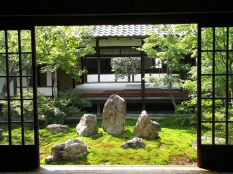 27 Calm Japanese-Inspired Courtyard Ideas - DigsDigs